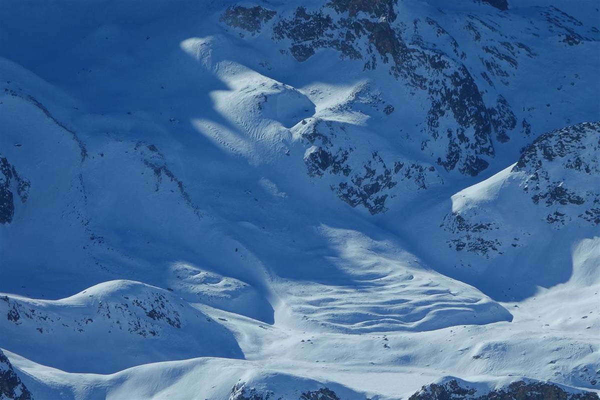 l'extrémité aval du glacier rocheux de Chambeyron et ses bourrelets de glace caractéristiques