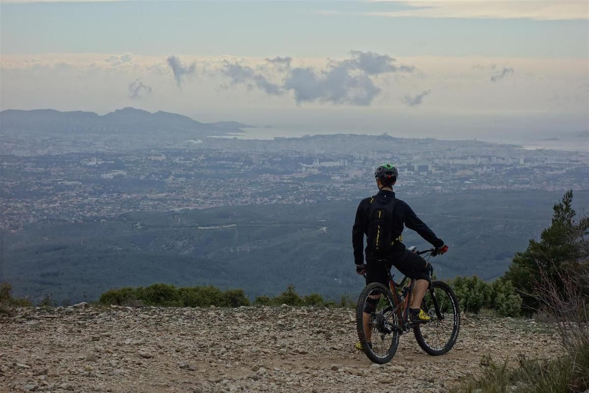 au sommet de la tête  du Grand Puech, devant Marseille