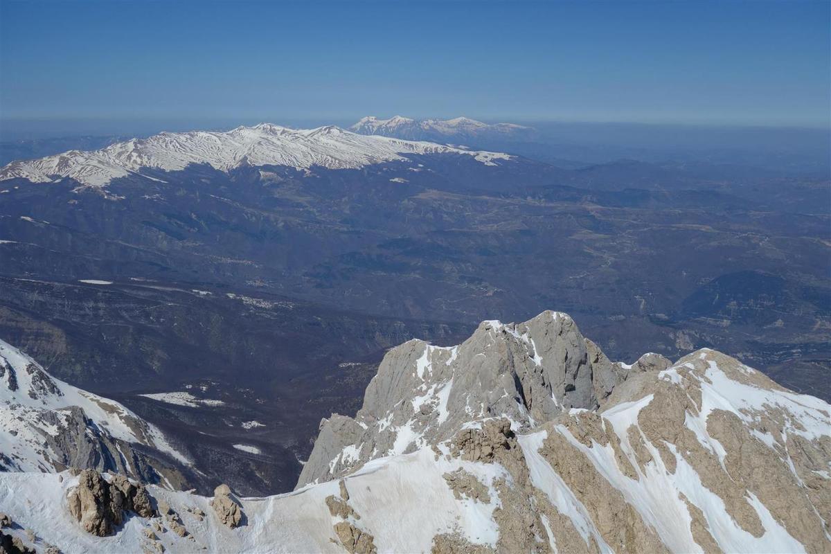 au sommet du Corno Grande, vue vers... le Corno Piccolo et le bivouac Andrea Bafile