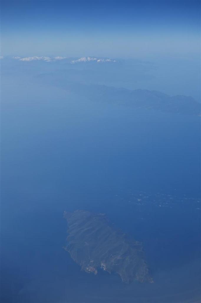 le magnifique vol retour de Rome  à Paris, Capraia devant le cap Corse, le Mont-Blanc et Paris, plus deux photos de Corse prises sur le Marseille-Rome du 27 mars