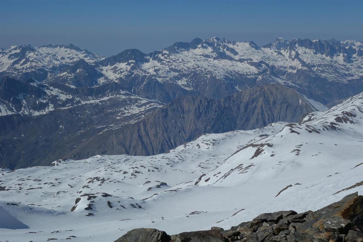 dans la descente de 2000 m de dénivelée, vue vers la Meije et Belledonne