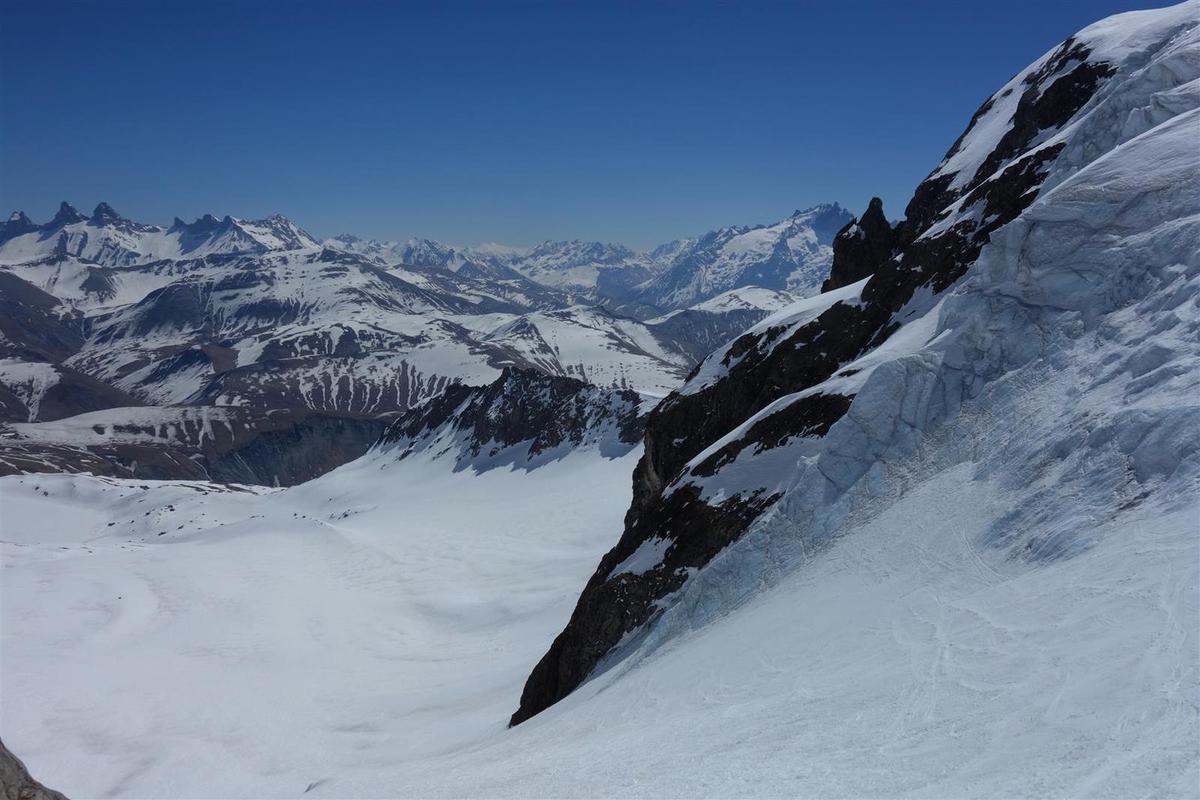 sur le haut du glacier des Quirlies, aiguilles de glace et aiguilles d'Arves