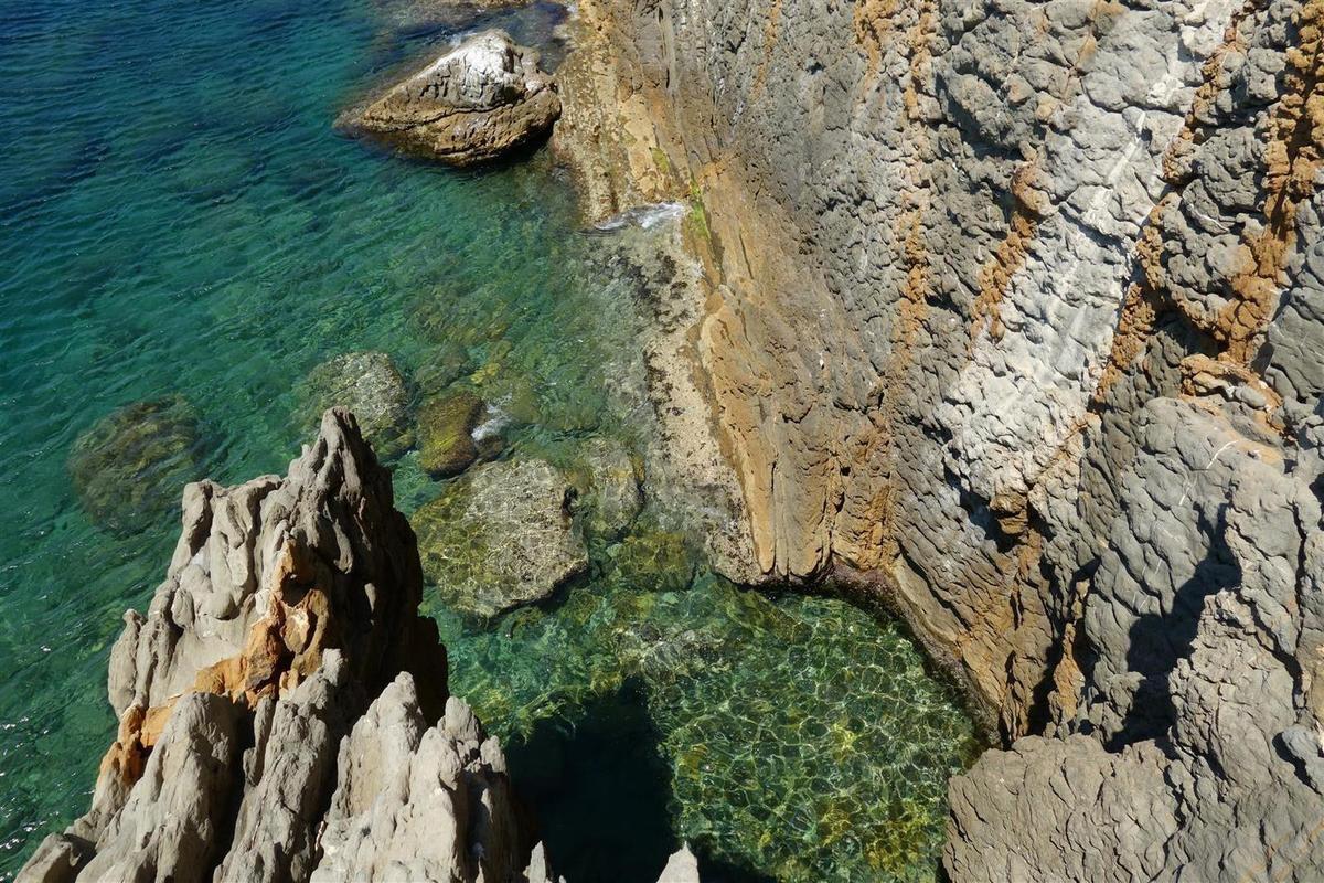 la magnifique géologie locale, marnes, grès, calcaire, fossiles...
