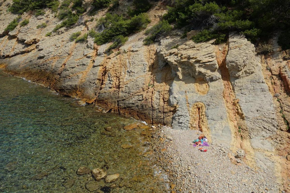 la côte du Petit Méjean, ses eaux, ses criques confidentielles un week-end de juillet et ses fantaisies géologiques