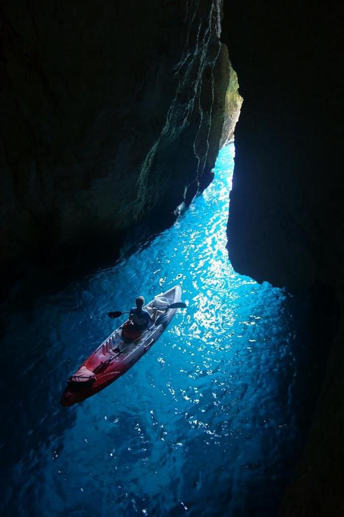 les grottes marines des calanques : à Morgiou ou à l'Oule, accessibles à la nage ou en kayak, de superbes cavités aux eaux fluorescentes