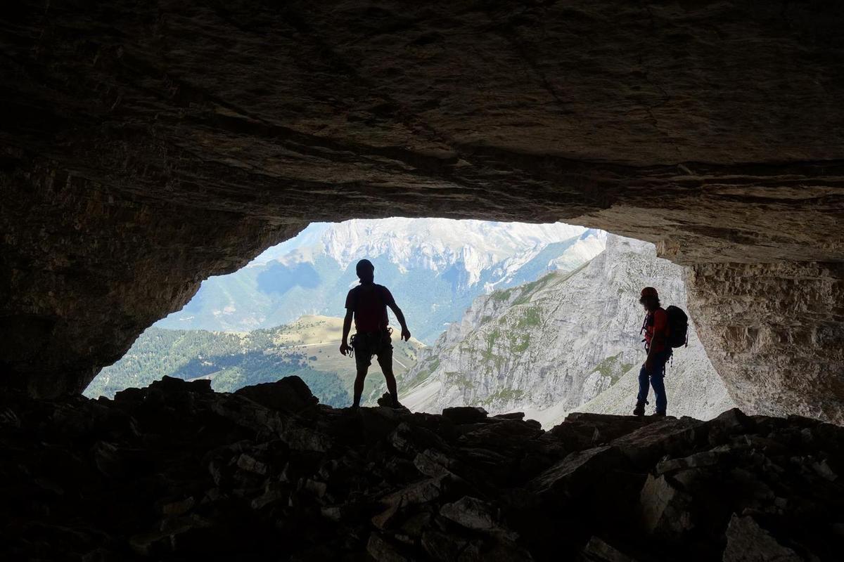 dans les yeux de l'Obiou, des lucarnes pleine falaise à la sortie d'une immense grotte horizontale