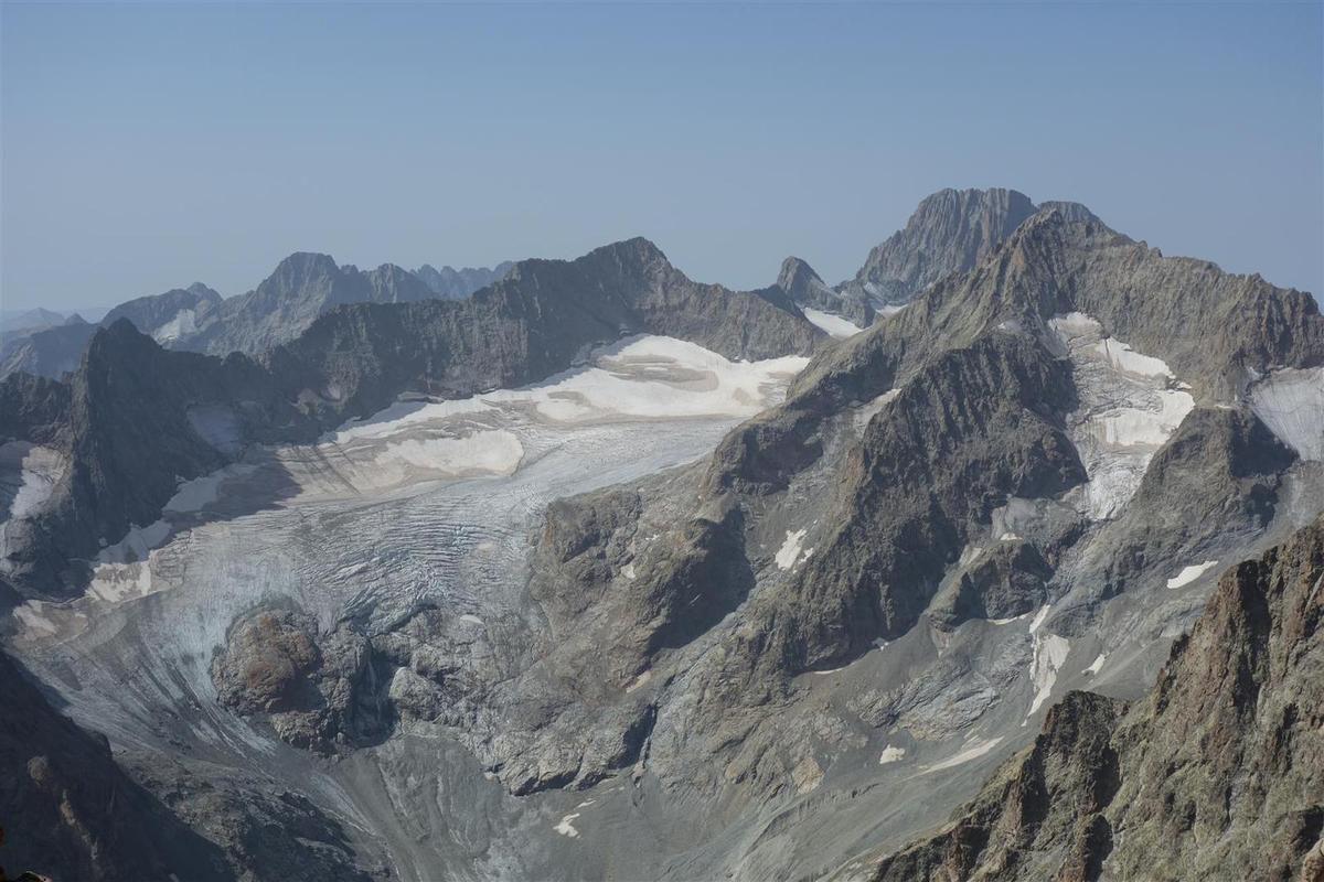 vue vers le glacier du Sélé, dont la langue , détachée, tourne au glacier noir, et avec un bassin d'accumulation en grande partie sec...