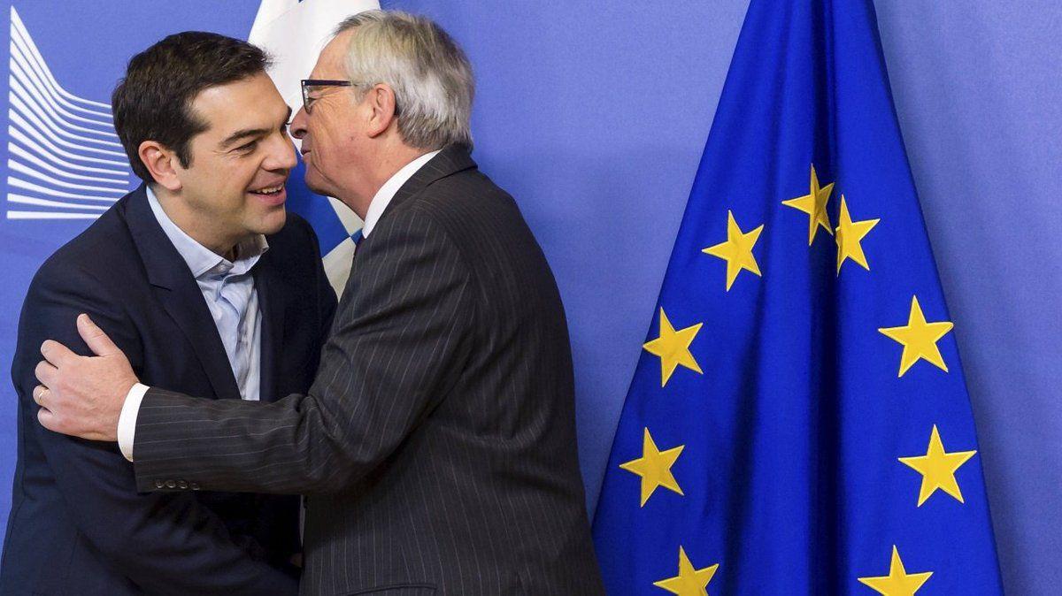 Tsipras et le président de la Commission européenne Juncker se congratulant il y a quelques semaines.