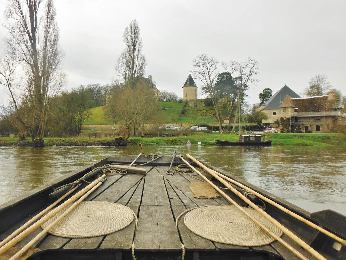Arrivée à 12 H 50 (photo frédéric mourier) - une petite toue au charpentier Jean-Marc Benoît va nous servir de ponton
