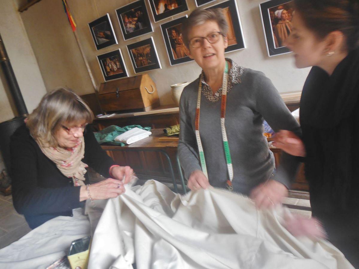 """La voile de """"Hors du Temps"""" en construction sous les mains expertes de Mimi, Eveline et Mélanie"""