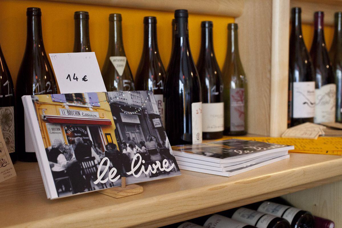 La petite table a trouvé sa place à droite en rentrant sous la carte viticole