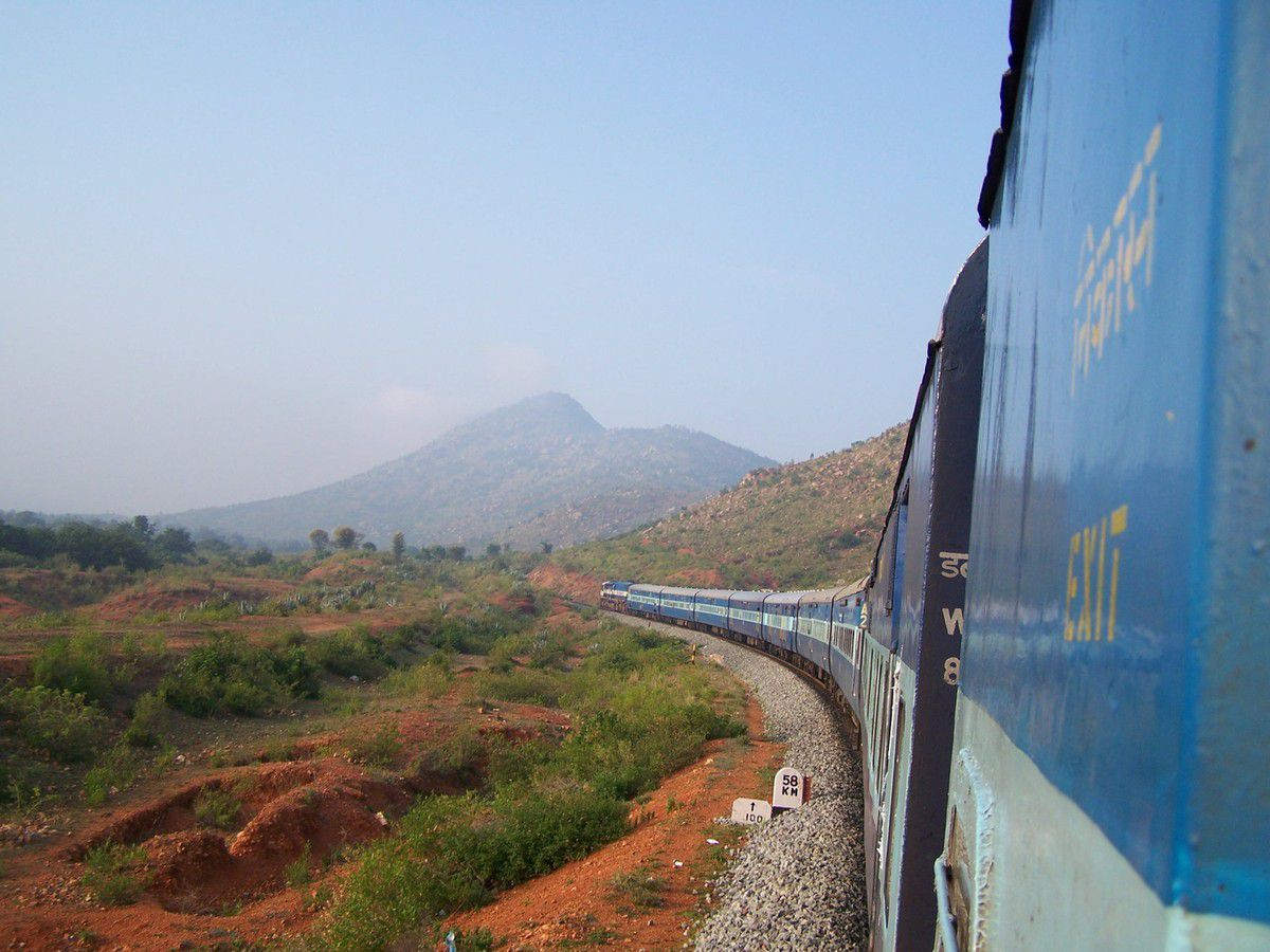 - Sur les rails, à l'approche de Bangalore, Karnataka, India - (2006)