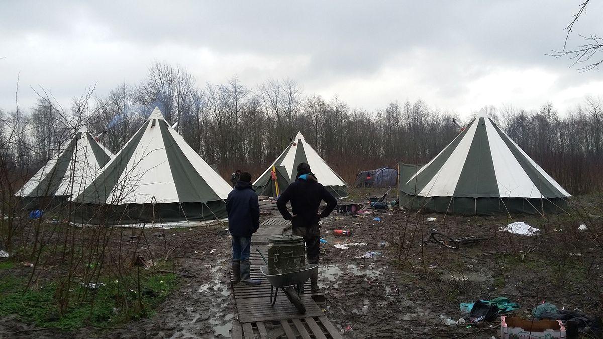 - Distribution de soupe près des tentes où sont abritées des familles kurdes -