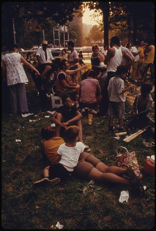 """« People relaxing in east river park in Manhattan, New York City"""", Danny Lyon, 1974"""