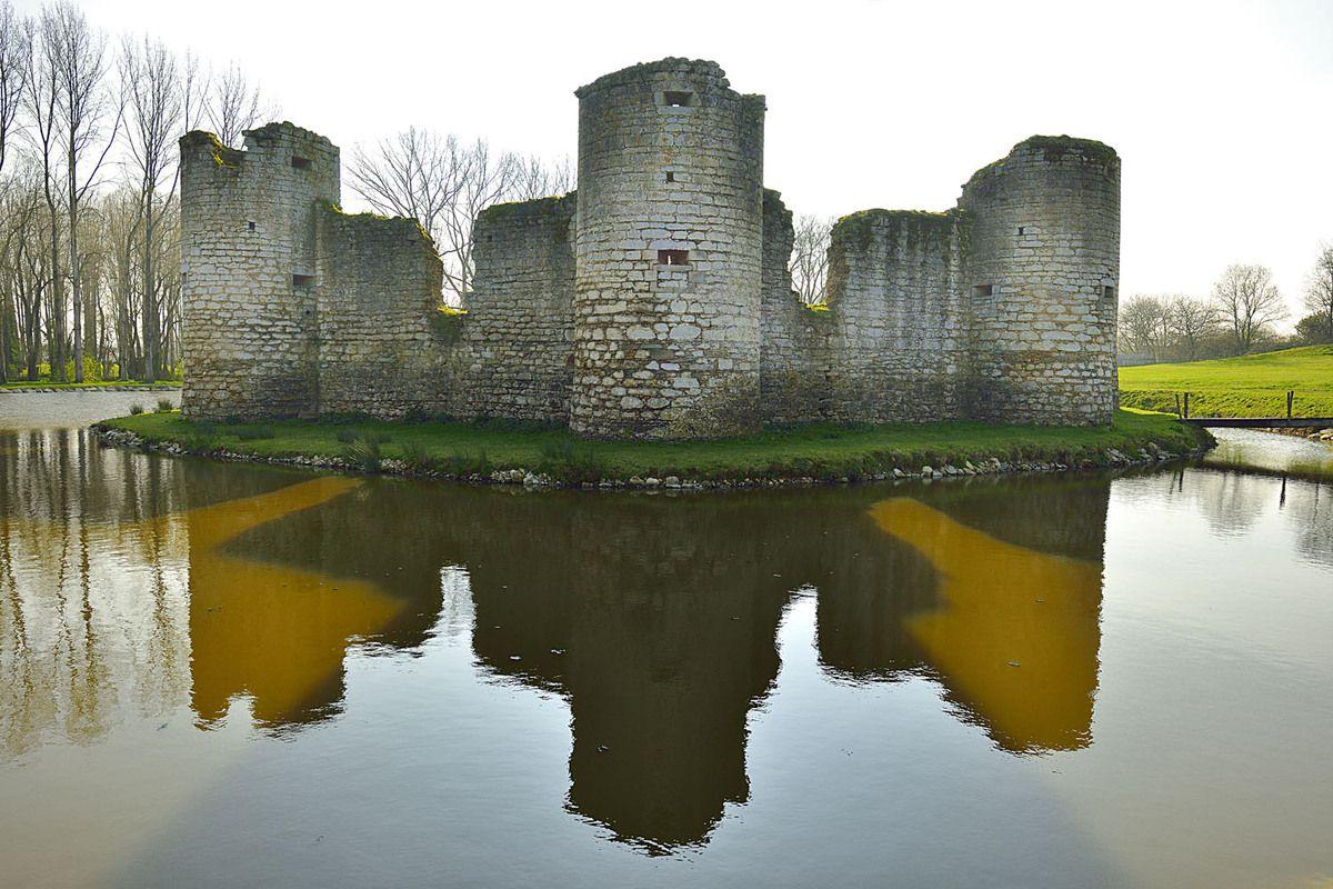 Château de Commequiers en Vendée au coeur de son étang.
