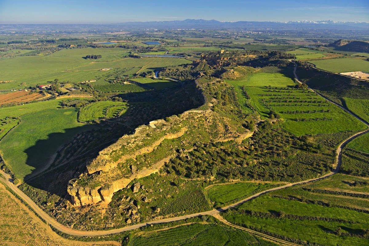 Plusieurs sites survolés. Ici celui de Loarre en Aragon dans les contreforts des Pyrénées. Château médiéval, plaines ondoyantes et un espace aérien soyeux à souhait.