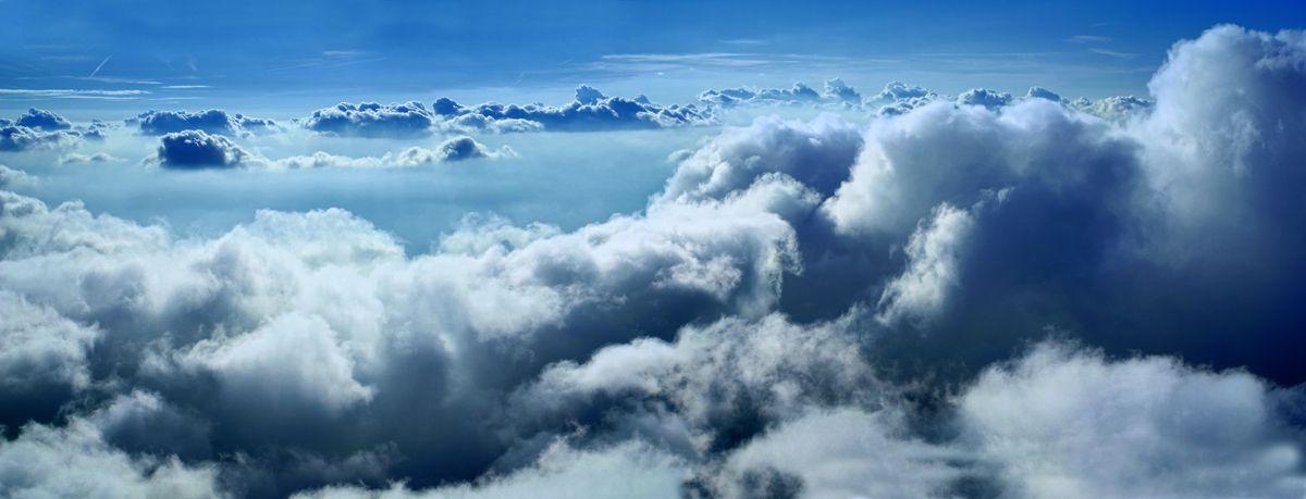 Le temps a su tempérer ses colères à coup de pluie et de bourrasque incompatibles avec le vol. Dans ce calme très temporaire, reste les échos de ces grandes dépressions qui ont traversé le pays: les nuages denses roulants sous les pieds du volant. Air incroyablement stable, ciel nettoyé et rayé des vols commerciaux. Sentiment fou de pleinitude au coeur de ce désert bleu, si lisse sous la voile malgré les boules de nuages rappelant le souffle fou de ces dernières semaines. .