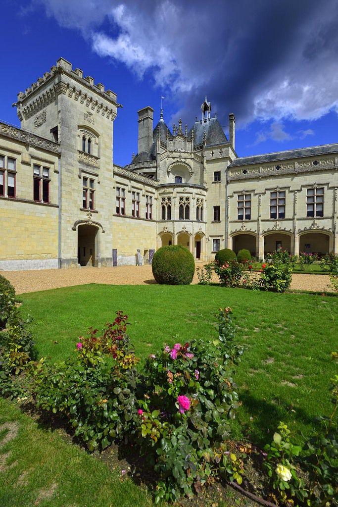 """Château de Brézé construit sur une """"cité troglodyte"""