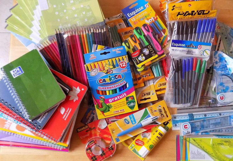des crayons, cahiers, petites fournitures