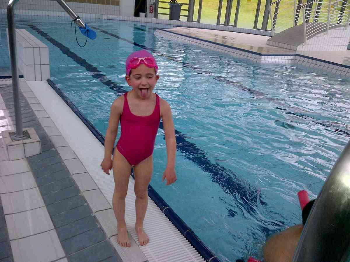 Première séance pour les grands à la piscine. Un moment très attendu par tous.Ils ont nagé, sauté, glissé sur un toboggan, et ont terminé par un bon goûter en classe.