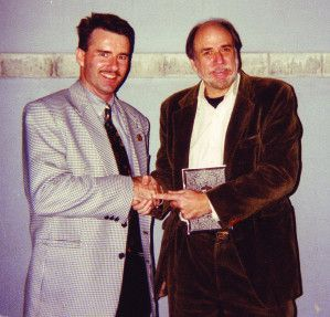 "Mike Caro à droite, en 1995 à Amsterdam. Celui de gauche, j'ai oublié son *$¥%£+@# de nom.  (Remarque d'un lecteur : ""Si tu mettais des photos qui dataient de moins de 15 ans, on aurait plus de chances de te reconnaître !"")"