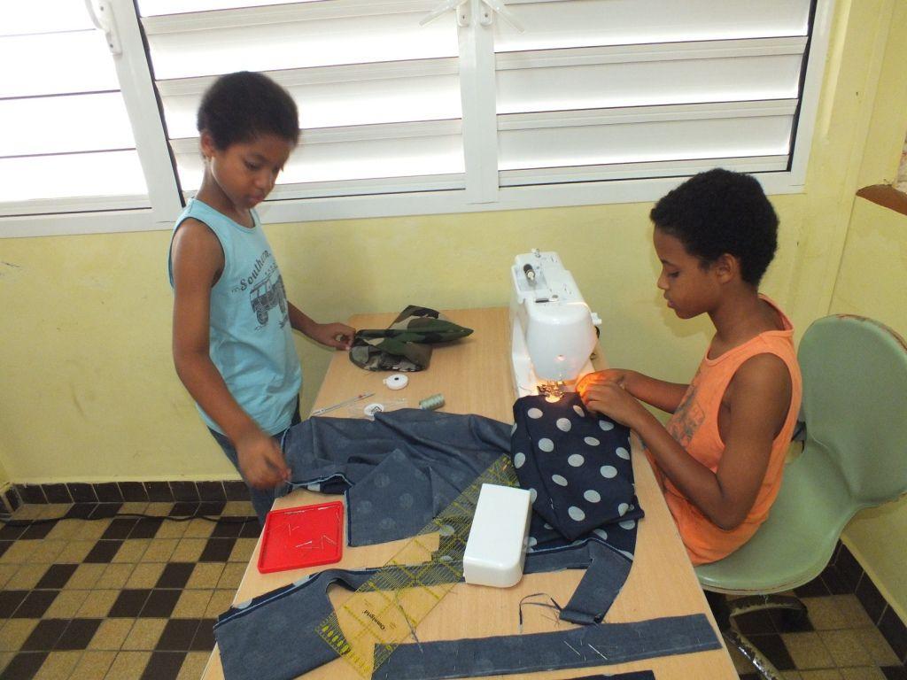 Les enfants ont manifesté un intérêt particulier. Ils ont appris à mesurer, couper leur tissu, enfiler la machine et surtout ... à coudre. Ils ont été ravis de repartir avec leurs réalisations.