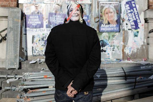 """Le moteur fondamental de la progression actuelle du FN dans tous les milieux sociaux et dans tous les territoires réside dans cette indifférenciation perçue entre la gauche et la droite (Photo: un membre des """"chicons en colère"""" devant un mur dans la ville d'Armentières sur lequel sont collées des affiches du FN). AIMÉE THIRION/HANS LUCAS POUR LE MONDE"""