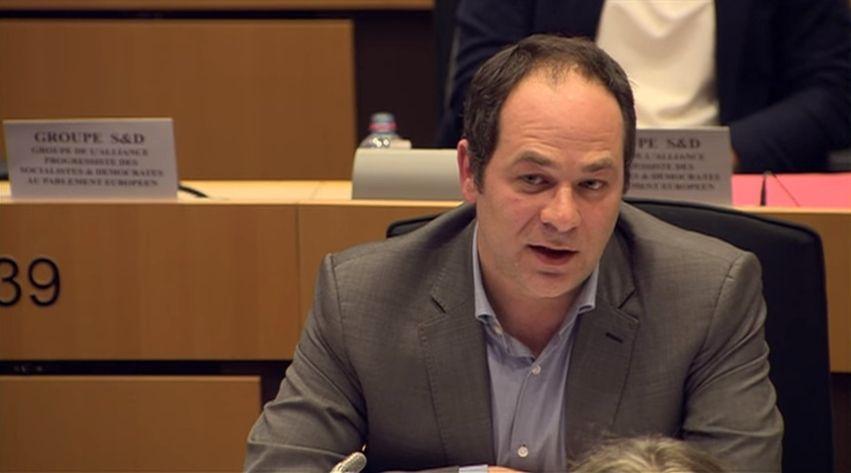 Emmanuel Maurel, député socialiste européen, en commission au Parlement européen