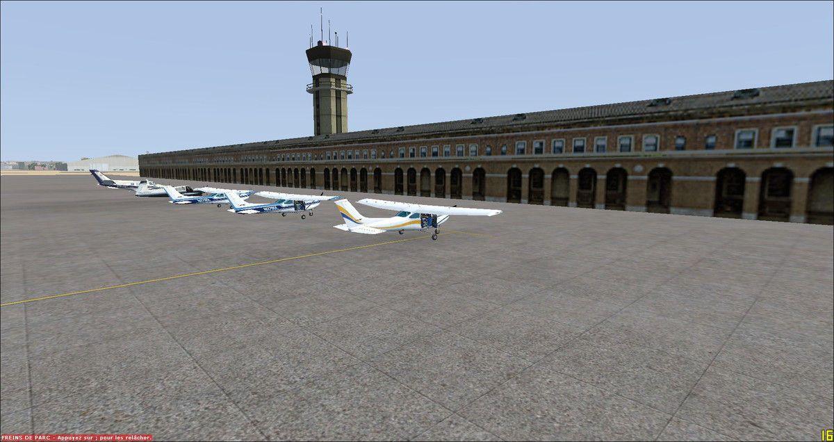 Les 5 appareils parkés comme l'a demandé le contrôleur aérien, non loin de sa tour, après des atterrissages en douceur...