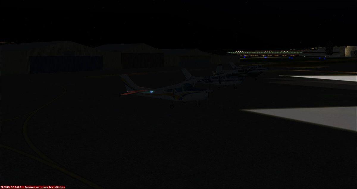 """Tous les pilotes parqués à Brive après un vol sans incident de 1h20... Chez YQUET-Aviation les vols de nuits sont rares pour des raisons de lumière lors des prises de vues cinématographiques lors de chaque étape... La sortie """"Visite aérodromes 3"""" n'étant pas filmée, les deux vols se dérouleront de nuit..."""