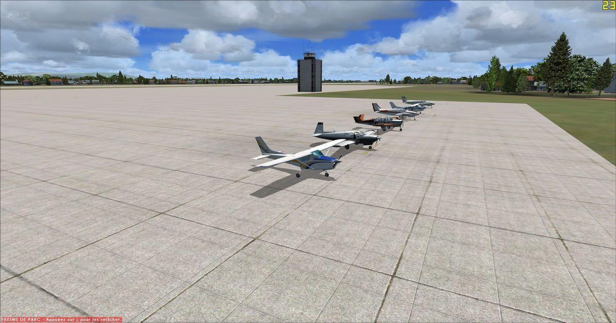 Les appareils alignés sur le parking de l'aéroport de destination, les pilotes auront réalisé cette étape en 2h40 de vol au lieu des 2h06 prévus par le PLN. En arrière plan on aperçoit la tour de contrôle occupée pour l'arrivée par Tyto31...