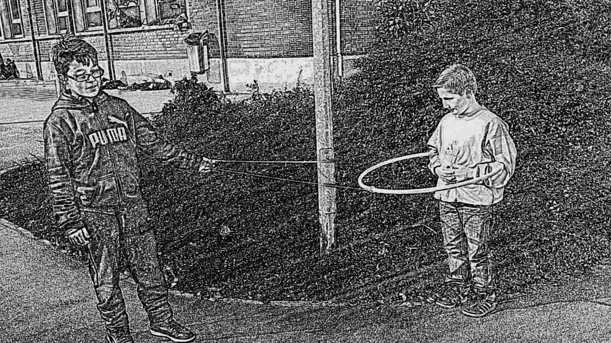 Avec les cerceaux et les cordes, certains inventent de nouveaux jeux.