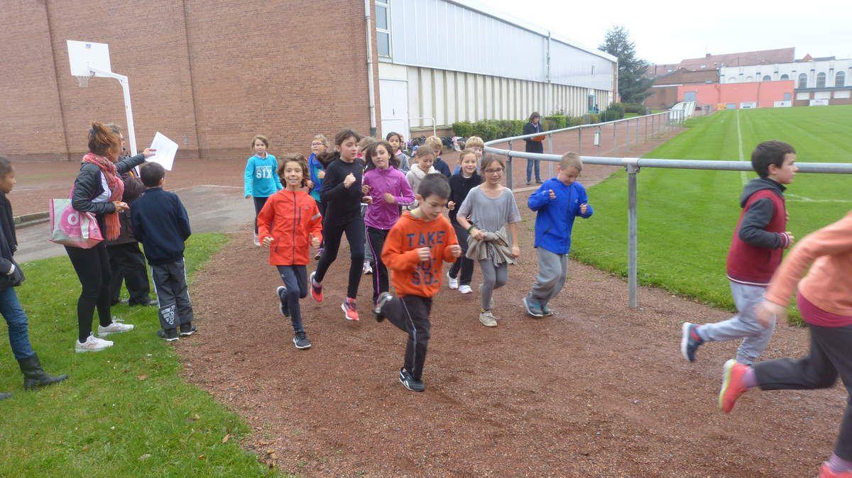 Mme Ganter encourage ses élèves et note les paliers franchis.