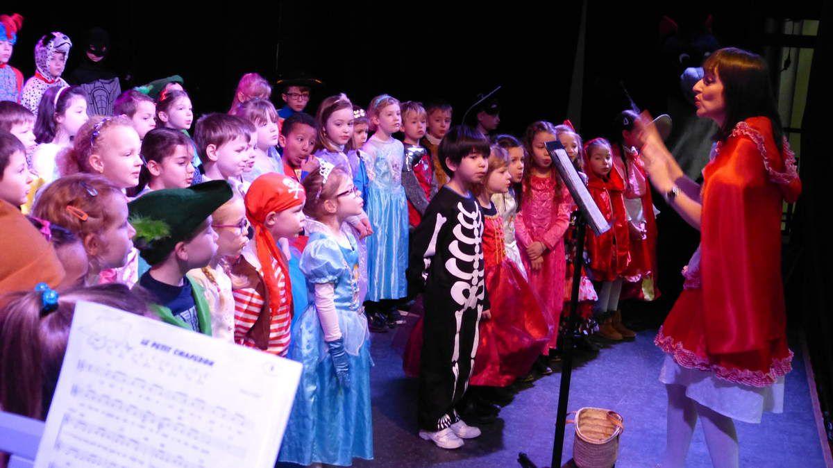 Mme Vandenberghe vient jeter un sort sur nos chanteurs, mais en vain... Rien ne les empêche de chanter!