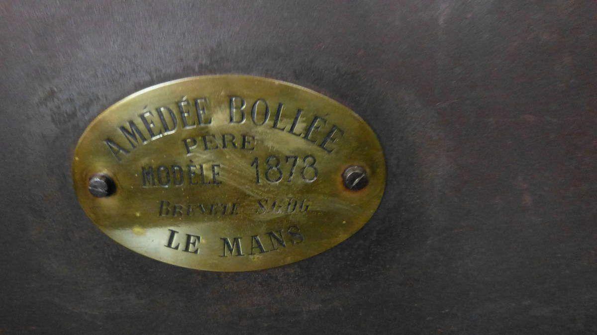 """La Mancelle construite en 1878 par Amédée Bollée, véhicule à vapeur était un peu plus légère que la précédente, """"L'obéissante"""" (2,7 tonnes). Elle était capable de rouler à 40 kms/h. Ces deux automobiles furent les premières qui ont été construites pour la population civile."""