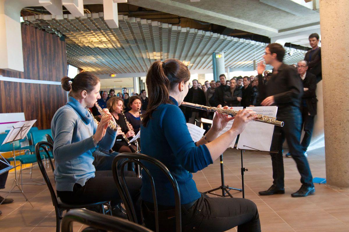 Premier concert de l'orchestre de l'APEM, dans le hall du restaurant de la météopole, le 22 janvier 2016. © Christophe Ciais - Météo-France