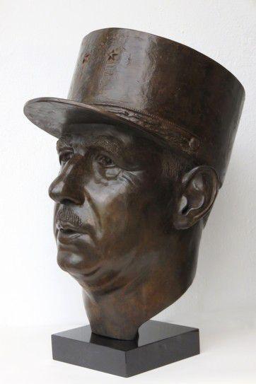 Nouvel hommage au général de GAULLE. Buste en bronze d'art original. Hauteur 60cm. Oeuvre disponible.