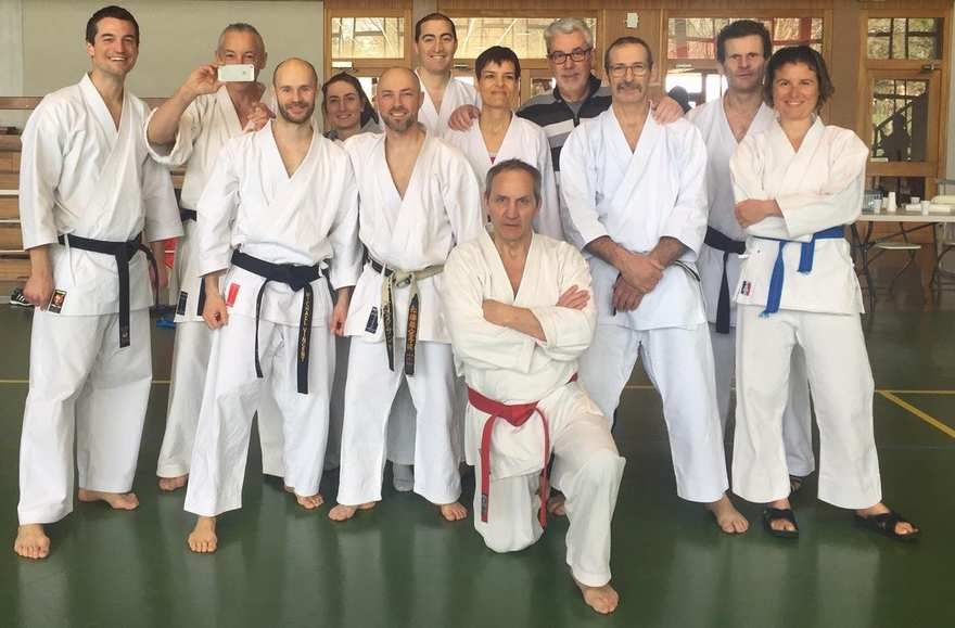 (de gauche à droite) Franck, Franck (en sen no sen), Mickaël, Amandine, Alexandre, Jean-Yves, Valérie, Michel, Bernard, Charles, Amandine et sensei Bernard BILICKI.