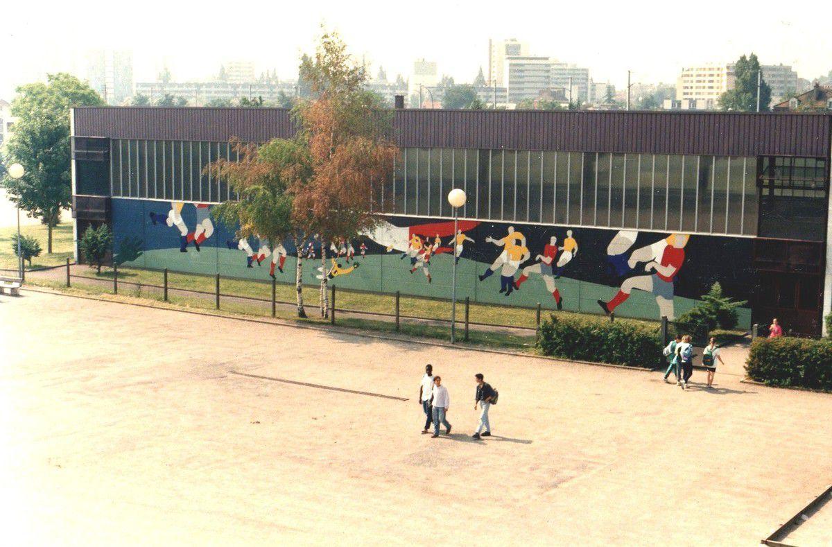 Zoom sur le foot, décor mural de 140m2,  gymnase Piccolo à Saint-Gratien        copyright adagp