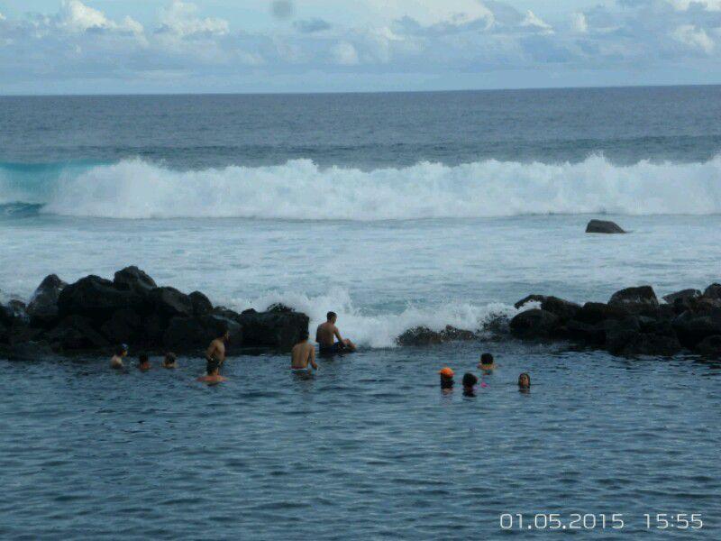 Puis baignade à Manapany,  où la municipalité a aménagé un bassin entouré de rochers: requins risque zéro! ! Amaury s est éclaté à l endroit où le bassin s'ouvre sur l 'océan ( manège naturel... on le voit tout à gauche sur la  photo 2 )