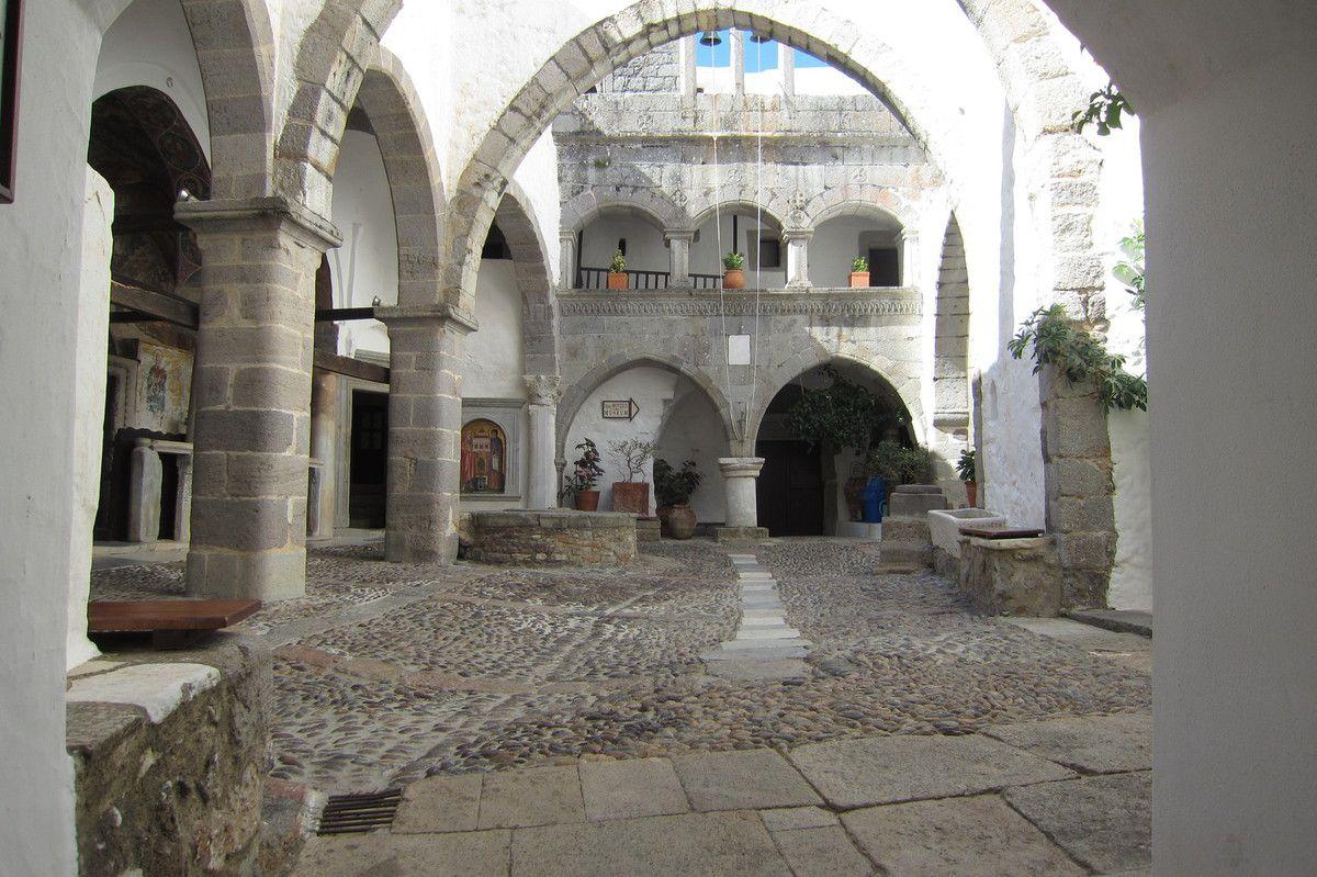 le patio du monastère de la Chora de Patmos