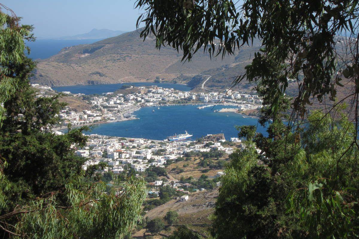 une vue de la Chora sur le port de Patmos