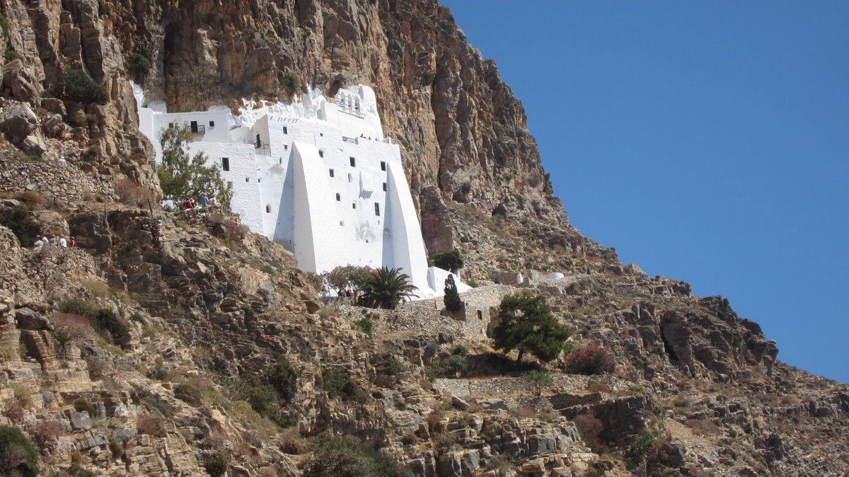 Monastère d'Amorgos perché dans sa falaise, soleil de plomb pour monter