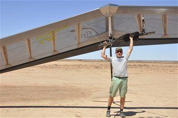 Ils ont même construit un hangar à ailes pour l'occasion, des pros...
