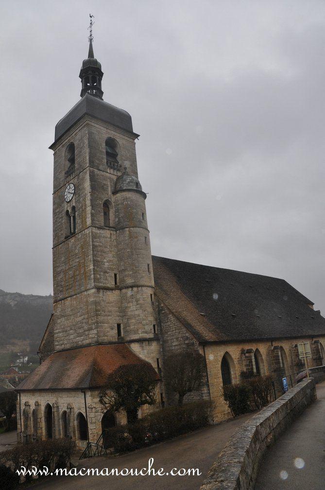 L'église Saint-Laurent avec sa tour-clocher coiffée d'un dôme à la comtoise surmonté d'une lanterne ajourée.