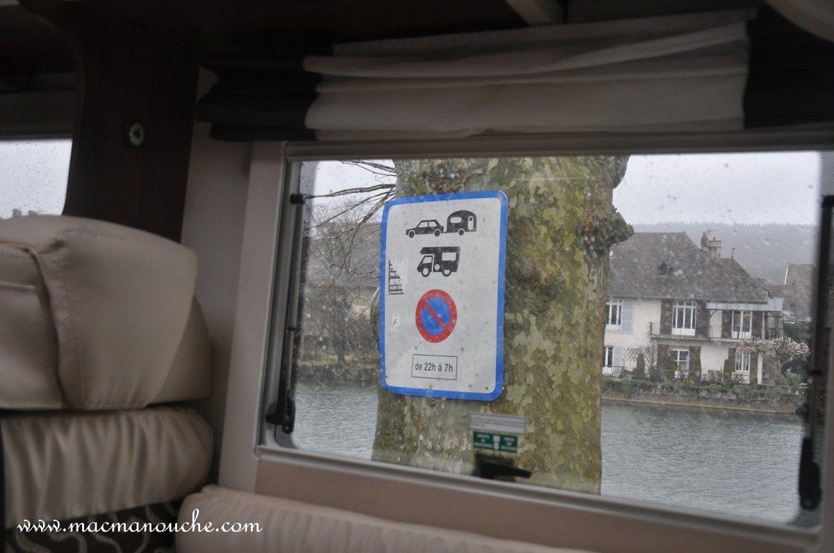 Un panneau (réglementaire ???) pour obliger les camping-cars à aller au camping. Mais en cette saison, il est fermé !