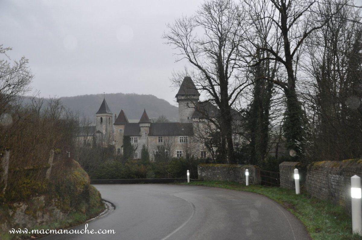 Le magnifique château de Cléron (qui ne se visite pas) au bord de La Loue.