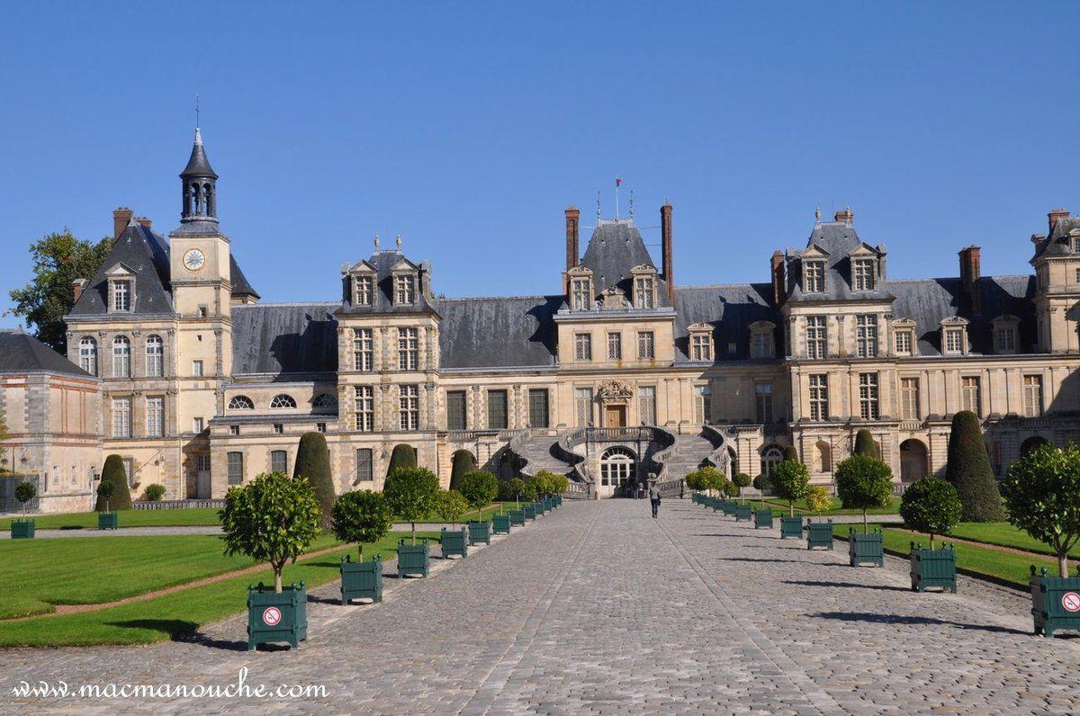 L'aile de l'escalier du Fer-à-Cheval du château de Fontainebleau.
