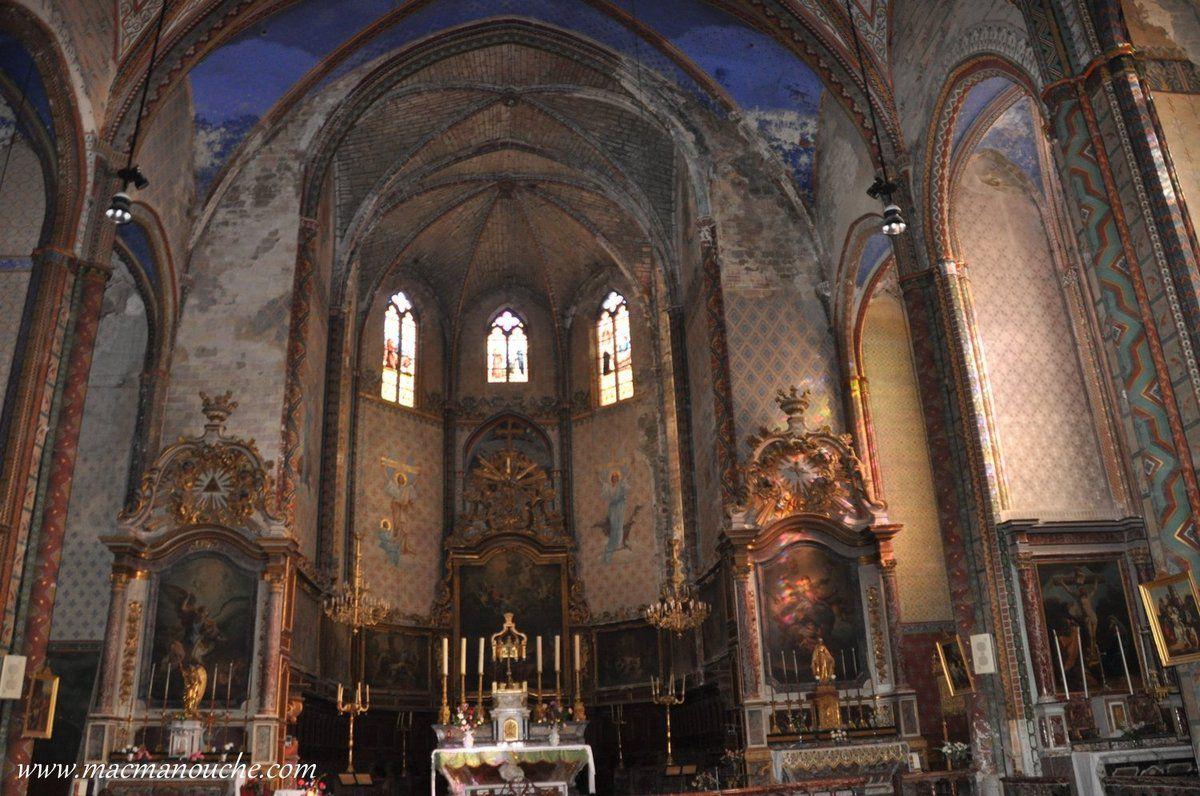 L'intérieur de l'église est entièrement revêtu de motifs polychromes.