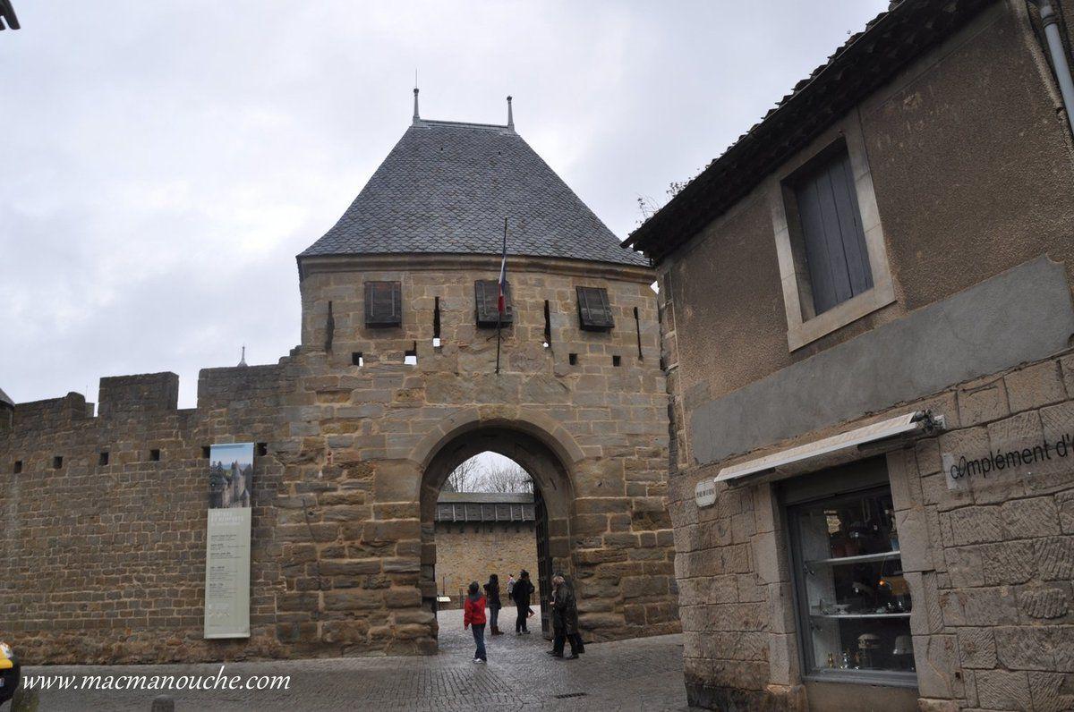 On commence par le château Comtal, en passant par la Barbacane du Château.